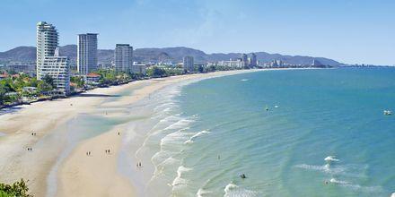 Stranden i Hua Hin är långgrund och ibland förekommer höga vågor och strömmar.