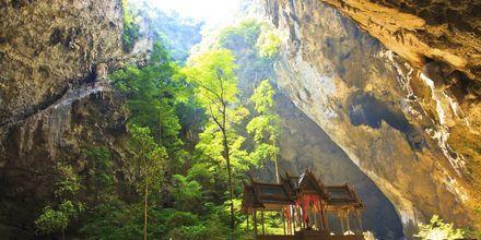 Grottan Phraya Nakhon ligger utanför Hua Hin och är en häftig sevärdhet.