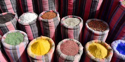 Kika bland spännande kryddor längs marknader i Hurghada.