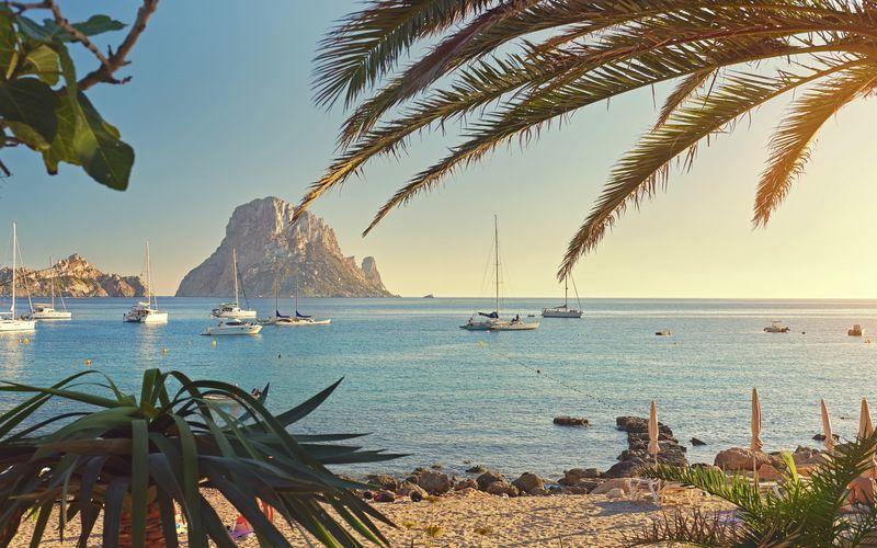 Ibiza, sydväst om Mallorca, är en grön ö med mycket att erbjuda.