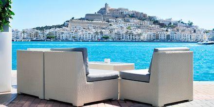 Njut av slappa dagar på Ibiza med sol, bad och god mat.