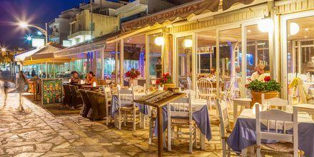 Slå dig ned vid en restaurang efter kvällspromenaden i Ierapetra.