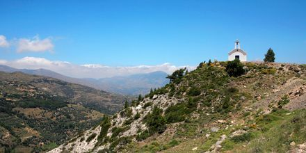 Litet vitt kapell uppe på en kulle vid Ierapetra & Koutsounaris på Kreta.