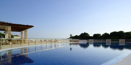 Pool och snackbar på hotell Ionioan Theoxenia i Kanali, Grekland.
