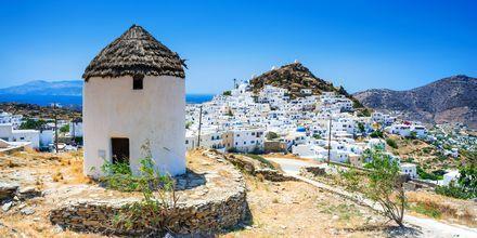 Traditionella hus, väderkvarnar och kyrkor på Ios.