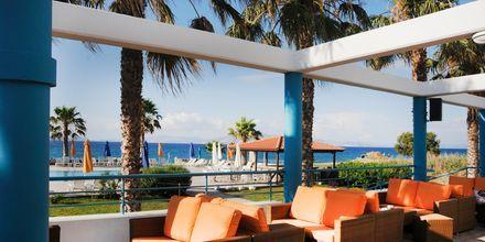 Utomhusservering på hotell Irina Beach i Tigaki på Kos, Grekland.
