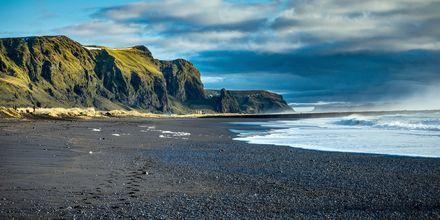 En svart strand på ön Vik.