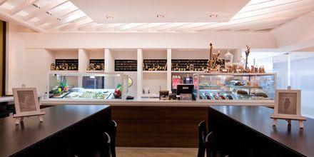 Caféet bredvid lobbyn på hotell JA Ocean View i Dubai, Förenade Arabemiraten.