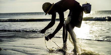 Fiskare på stranden i Jimbaran på Bali, Indonesien.