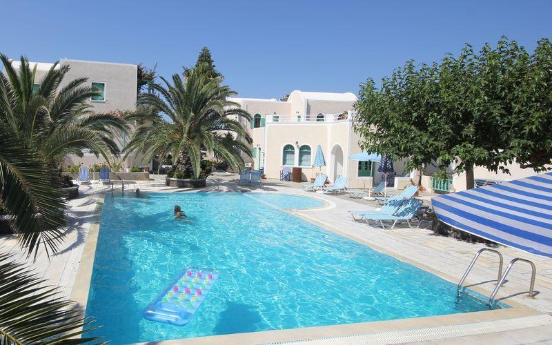 Poolområdet på hotell Joanna på Santorini, Grekland.