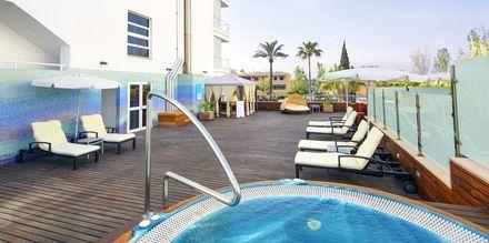 Solterrass med jacuzzi på hotell JS Sol de Alcudia, Mallorca.
