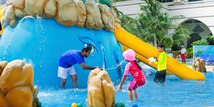 Barnpoolen på hotell Jumeirah Zabeel Saray på Dubai Palm Jumeirah, Förenade Arabemiraten.