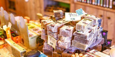 Olivoljor tvål och andra lokala produkter som är bra att köpa med sig hem.