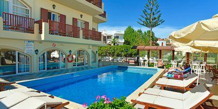 Poolområdet på hotell Kalives Beach på Kreta, Grekland.