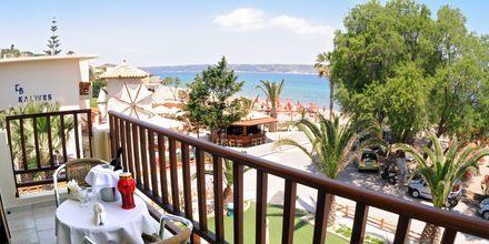 Balkong på hotell Kalives Beach på Kreta, Grekland.