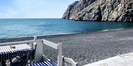 Restaurang vid stranden i Kamari på Santorini.
