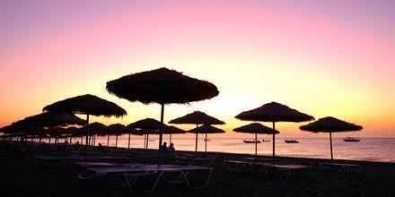 Solnedgång på stranden i Kamari, Santorini.