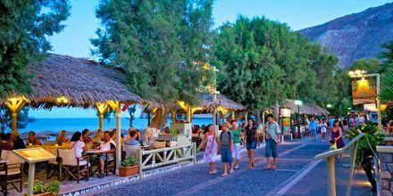 Strandpromenaden i Kamari på Santorini, Grekland.