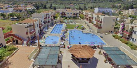 Poolområde Kambos Village i Agia Marina på Kreta, Grekland.