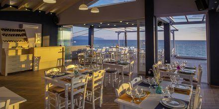 Längs strandvägen finns  mysiga caféer och restauranger, som denna från hotell Must.