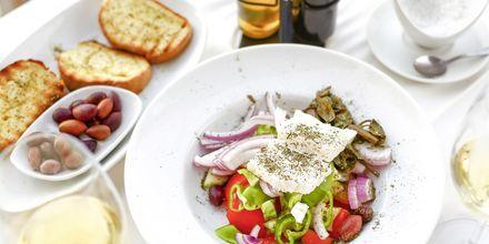 Lunchsallad på strandrestaurang i Kanali, Grekland.