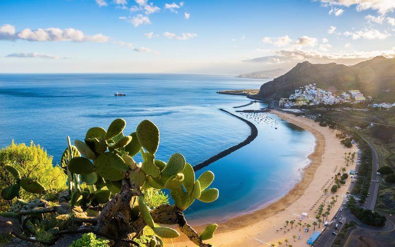 Vidsträckt sandstrand på Teneriffa, Kanarieöarna.