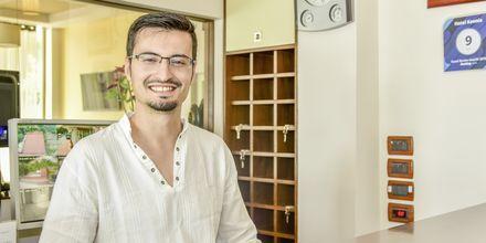 Erjon, en av ägarna på hotell Kaonia i Saranda, Albanien.