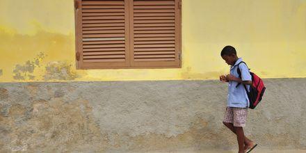 Pojke på väg till skolan, Santa Maria, Kap Verde.