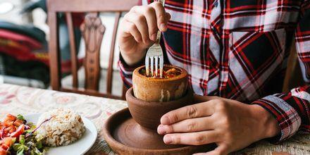 Testi Kebab är en typisk maträtt i Kappadokien: kött och grönsaker tillagas långsamt i en tät lerkruka.