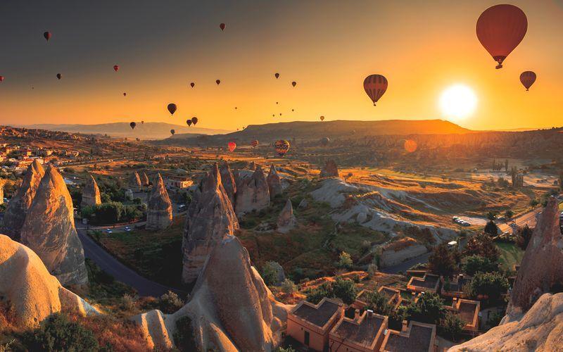 Solnedgång och luftballonger i Kappadokien, Turkiet.