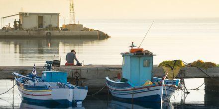 I hamnen i Kardamena guppar båtarna i solnedgången.