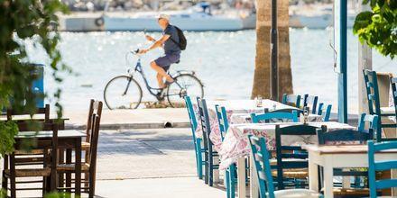 Slå dig ned vid en taverna och njut av utsikten över Medelhavet,
