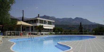 Poolområde på Kardamili Beach Hotel i Kardamili, Grekland.