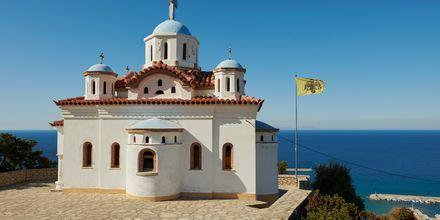 Vacker kyrka med utsikt över havet.