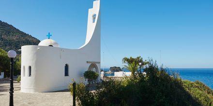 Kyrkan bjuder på en fantastisk utsikt över havet.