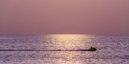 Solnedgång i Karon Beach på Phuket i Thailand.