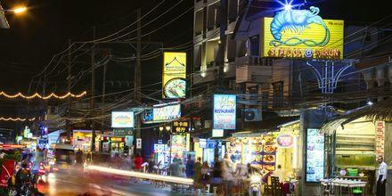 Kvällsliv i Karon Beach på Phuket i Thailand.