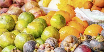 Frukt- och grönsaksmarknad i Karon Beach, Phuket.