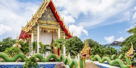 Templet Wat Karon ligger centralt i Karon Beach.