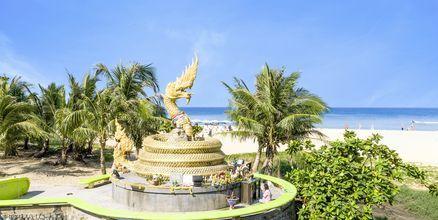Den guldfärgade Naga-statyn vid Karon Beach.