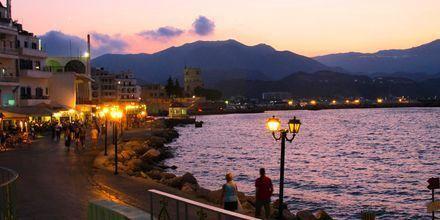 Hamnpromenaden i Karpathos Stad, Grekland.