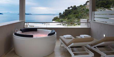 Deluxerum med jacuzzi på hotell Kassandra Bay Suites & Spa på Skiathos, Grekland.
