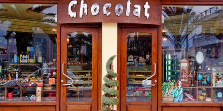 Shoppa souvenirer under semestern i Kastelli på Kreta, Grekland.