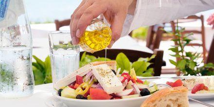 God grekisk sallad med olivolja.