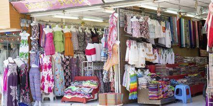 Shopping på Kata Beach i Thailand.