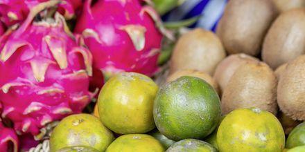 Frukter på marknad i Kata Beach.