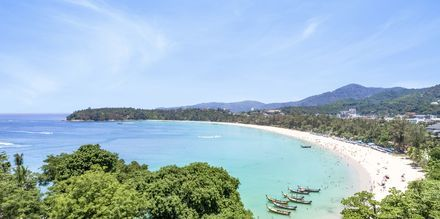 Vy över Kata Beach på ön Phuket i Thailand.
