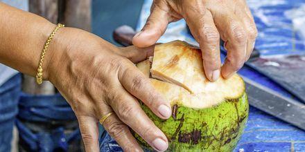 Färsk kokosnöt blir till en svalkande drink.