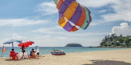 Det finns möjlighet att testa parasailing på Kata Noi Beach.