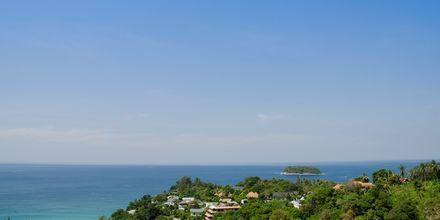 Kata Noi Beach ligger mellan grönklädda kullar.